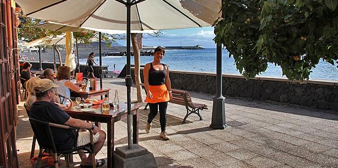 restaurante-taberna-del-puerto-de-tazacorte-la-palma-terraza-camarera