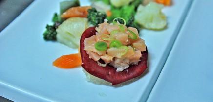 el-duende-del-fuego-ceviche-de-salmon-sobre-petalos-de-rosa