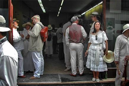 dia-de-los-indianos-mujer-traje-blanco