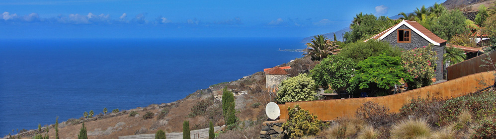 Preciosa casa de piedra natural con terraza cubierta y vista al mar.