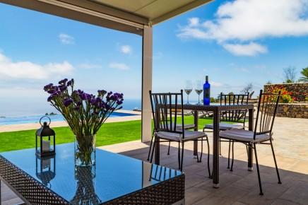 Puesta de Sol - Terrasse mit Loungeecke und Esstisch am Haupthaus